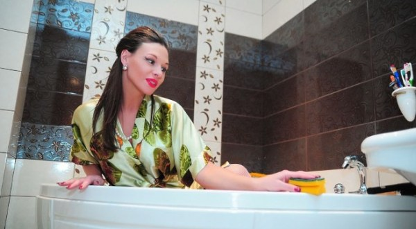 Łazienka lśniąca czystością - sprawdzone sposoby na jej utrzymanie