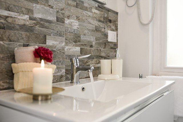 Jak zamontować akcesoria łazienkowe bez wiercenia?
