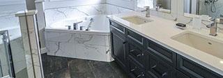 Urządzamy elegancką łazienkę: marmur i drewno w roli...